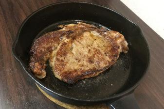 スキレットならステーキ、チキングリル、ソーセージのグリル、お好み焼き、豚肉のアヒージョなど簡単に作れる