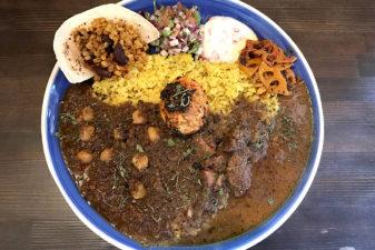 大阪九条の「アアベルカレー」で副菜いっぱい具沢山スパイスカレーを食べよう